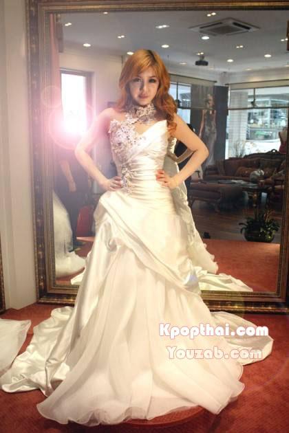ปาร์คบอมในชุดแต่งงาน