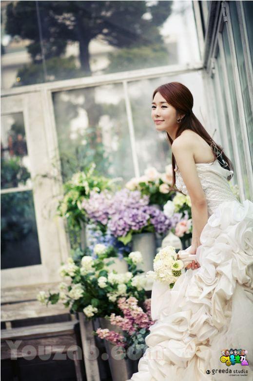 Yoon in na wedding dress