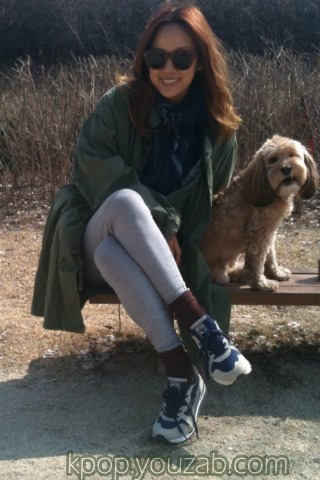ลีฮโยริถ่ายภาพคู่กับสุนัขตัวโปรดของเธอ