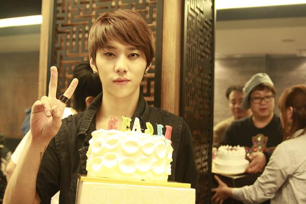 เพื่อนๆของจุนฮยอง B2ST ร่วมทวีต Happy Birthday ให้กับเขา