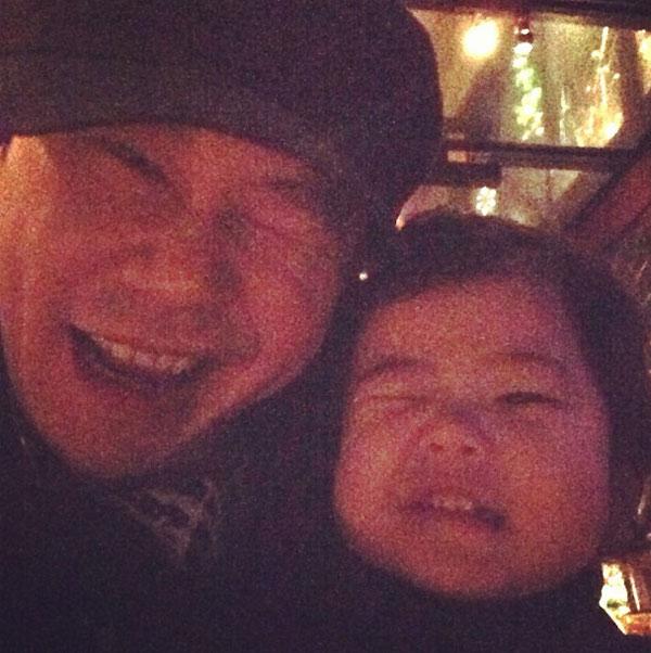ยางฮยอนซอกและลูกสาวโชว์ท่าวิ้งค์พร้อมกันอย่างน่ารัก