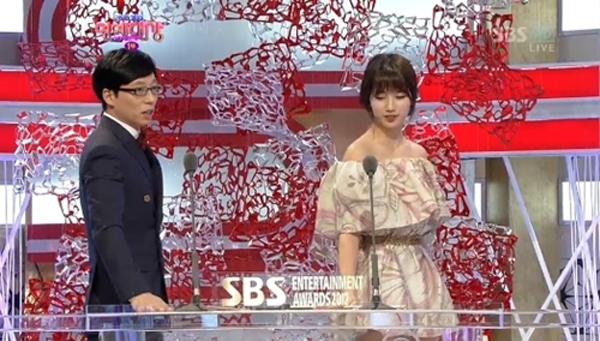 ซูจีเต้นท่าตั้กแตนพร้อมกับยูแจซอกในงาน '2012 SBS Entertainment Awards'