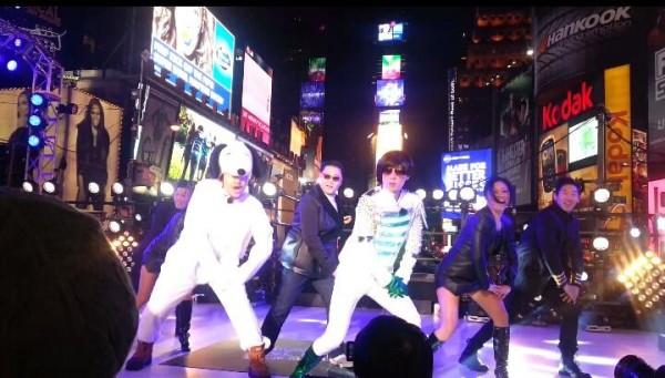 ยูแจซอกและโนฮงชอลขึ้นเวทีร่วมกับไซ Psy ที่ 'Dick Clark's New Year's Rockin' Eve' ใน Times Square