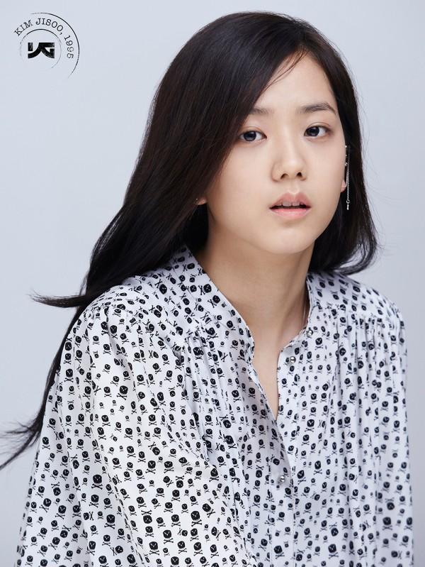 YG Entertainment เผยภาพเพิ่มเติมของคิมจีซูสมาชิกของเกิร์ลกรุ๊ปวงใหม่