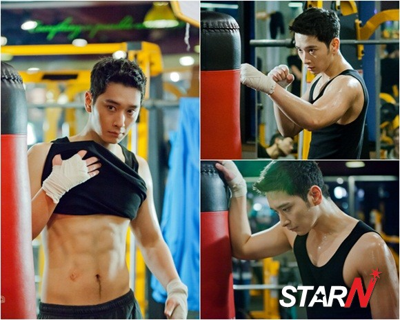 ชานซอง 2PM โชว์กล้ามของเขาจากภาพที่ตัดมาจากละคร 'My Girlfriend Is an Agent'