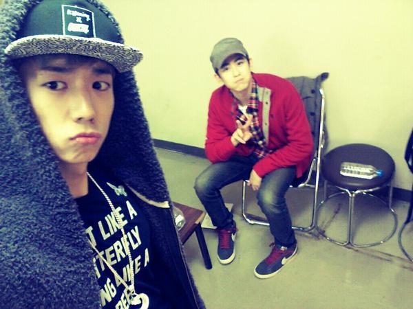 อูยองและนิชคุณจาก 2PM ถ่ายภาพด้วยกันที่หลังเวทีคอนเสิร์ตที่นาโกย่า