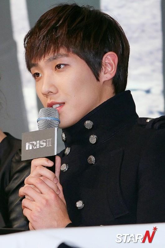 """อีจุนถูกจู่โจมด้วยคำถามเกี่ยวกับรายการ We Got Married ในงานแถลงข่าวละคร """"IRIS 2"""""""