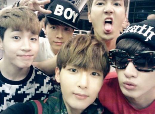 Super Junior-M รวมตัวถ่ายภาพกลุ่มก่อนงานแฟนมีทในไทย