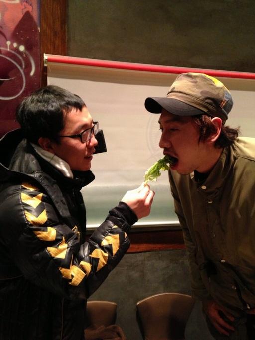 คิมแจดงโชว์การป้อนอาหาร 'ยีราฟ' อีกวางซู