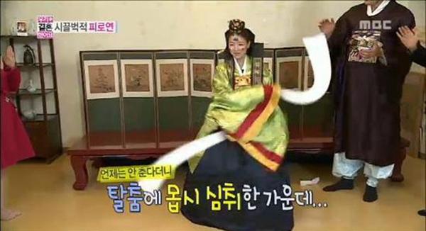 ยุนเซอาเซอร์ไพรส์จูเลี่ยนด้วยการเต้นแบบดั้งเดิมจากกระดาษทิชชู่ในรายการ We Got Married