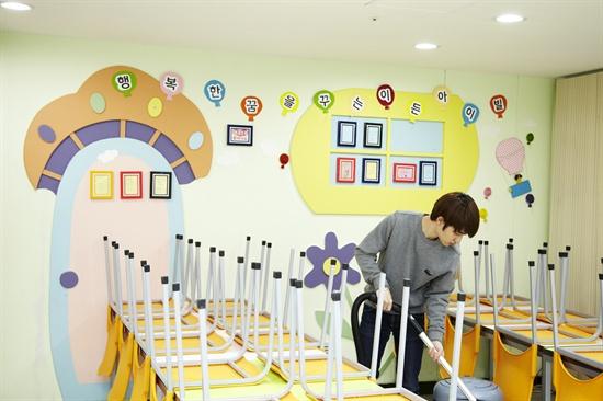 EXO-K ใช้เวลาทั้งวันของพวกเขาเพื่อเป็นอาสาสมัครที่สถานรับเลี้ยงเด็ก