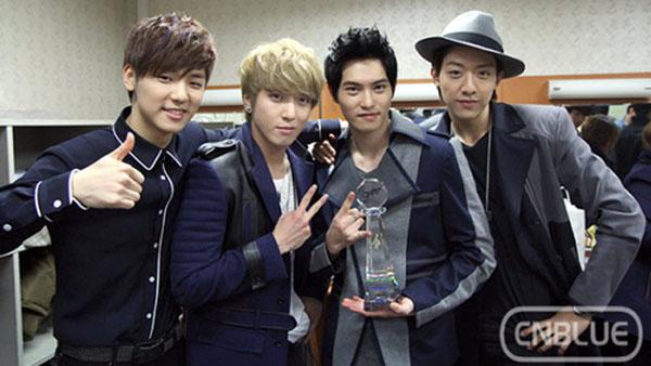 มักเน่ CNBLUE รักษาสัญญาที่ให้ไว้กับ SNSD ด้วยการวิดพื้นหลังชนะในรายการ Music Bank