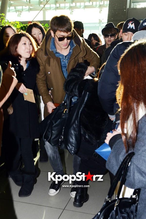 ซีวอน Super Junior ช่วยเหลือแฟนๆในสนามบินที่กำลังล้มขณะที่เขากำลังเดินทางมากรุงเทพฯ