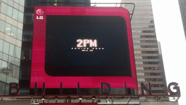แฟนๆถ่ายตัวอย่าง MV การคัมแบ็คของ 2PM ที่โชว์อยู่ในนิวยอร์คและกรุงลอนดอนมาให้ชมกัน
