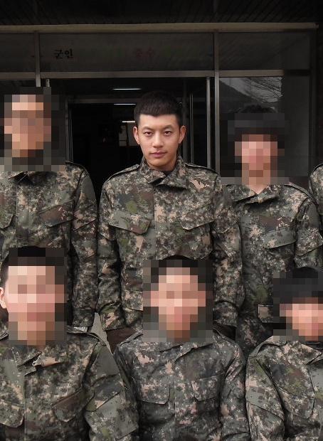 เผยภาพทหารหนุ่ม Se7en ในกองทัพ!!