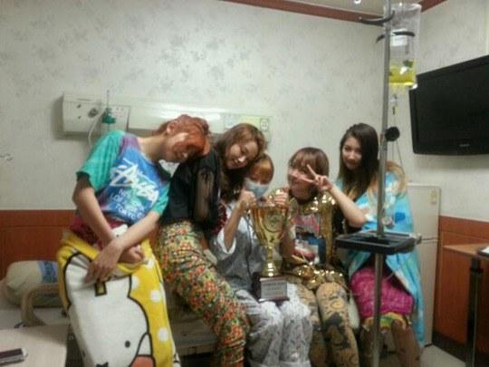 4Minute ฉลองชัยชนะจากรายการ 'Show Champion' กับฮยอนอาที่โรงพยาบาล