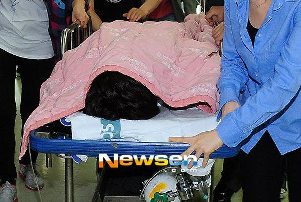 นักข่าวรุมถ่ายภาพซนโฮยองขณะถูกส่งโรงพยาบาลจนผู้จัดการต้องขอร้องทั้งน้ำตาเพื่อขอให้เปิดทาง