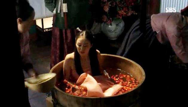คิมแทฮีโชว์แผ่นหลังของเธอจากฉากอาบน้ำในเรื่อง Jang Ok Jung, Live in Love