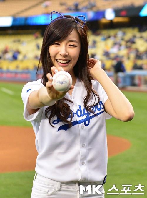 มาดูลีลาการขว้างบอลของทิฟฟานี่ SNSD ให้กับ Los Angeles Dodgers ว่าเป็นอย่างไรบ้าง!!