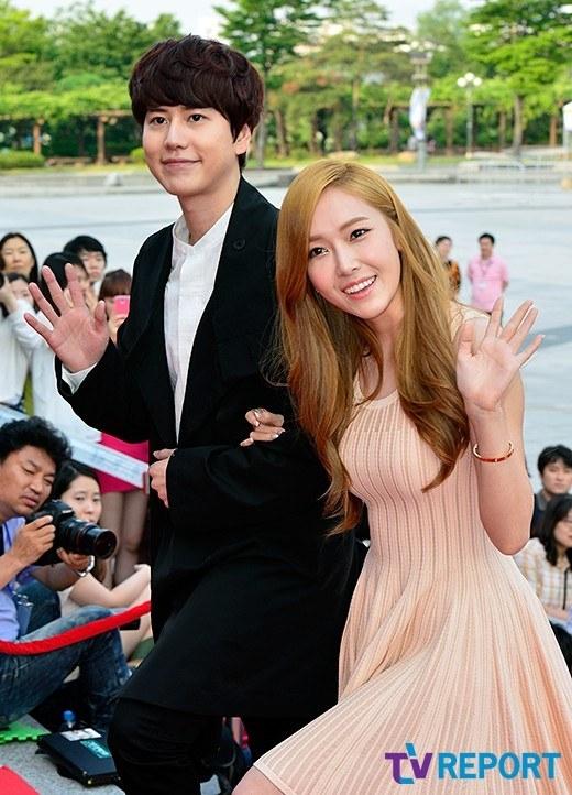 """คยูฮยอน SJ และเจสสิก้า SNSD เดินควงแขนกันร่วมงาน """"7th Musical Awards"""""""