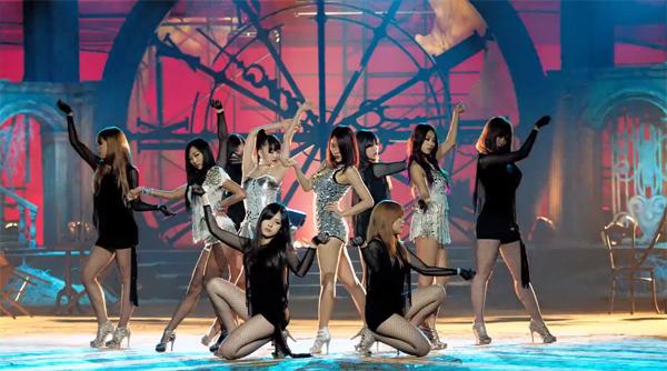 "SISTAR ปล่อย MV สุดเซ็กซี่สำหรับการคัมแบ็คในเพลง ""Give It To Me"""