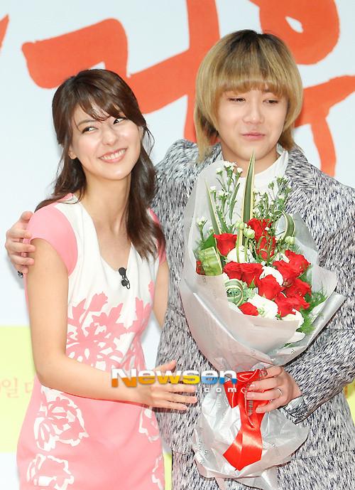 """ฟูจิมินะมอบดอกไม้แสดงความยินดีกับฮงกีบนเวทีในงานเปิดตัวภาพยนตร์ """"Passionate Goodbye"""""""