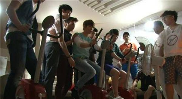 """หนุ่มๆ 2PM ลองใช้ชีวิตแบบไม่มีไฟฟ้าในรายการ """"The Human Condition"""""""