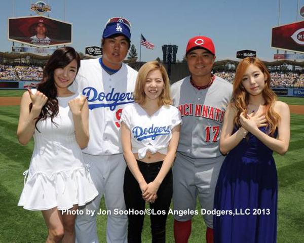 แทยอน และทิฟฟานี่โชว์ร้องเพลงสำหรับ Korea Day ที่ Dodger Stadium ส่วนซันนี่โชว์ขว้างลูกเปิดสนาม