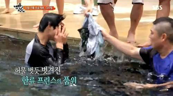คิมฮยอนจุงพยายามแข่งว่ายน้ำจนกางเกงหลุดในรายการ Barefoot Friends