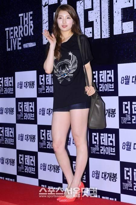 """ซูจีสวมกางเกงขาสั้นอวดเรียวขาของเธอเข้าร่วมงานรอบปฐมทัศน์ภาพยนตร์ """"The Terror Live"""""""