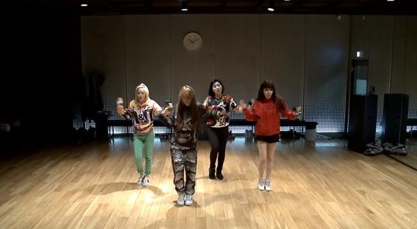 "2NE1 ปล่อยคลิปวิดีโอซ้อมเต้นในเพลง ""Do You Love Me"""
