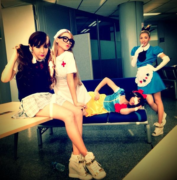 สาวๆ 2NE1 กลายเป็นนางพยาบาล, Alice,สโนไวท์ และเด็กนักเรียนในภาพ Instagram!!