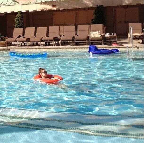 แทยอน SNSD กำลังใช้เวลาว่างของเธออย่างเพลิดเพลินในสระว่ายน้ำ