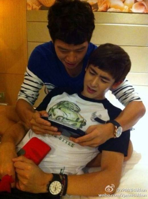 นิชคุณ 2PM โชว์ความสนิทดั่งพี่น้องกับเพื่อนนักแสดงของเขา