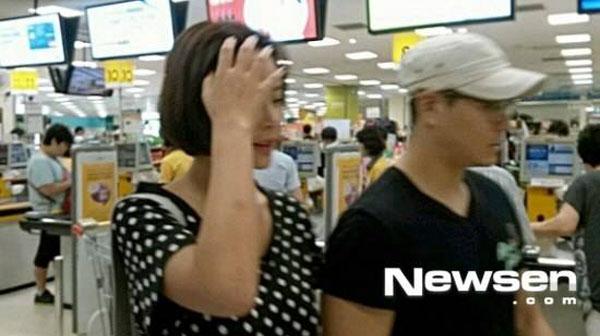 ฮวางจองอึมและคิมยงจุนถูกพบขณะเดทไปดูหนังด้วยกัน