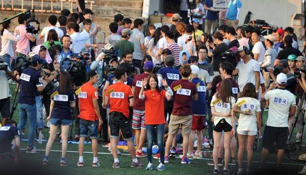 2PM, B2ST, SISTAR, Girl's Day, MBLAQ, INFINITE และ A Pink เป็นแขกรับเชิญตอนพิเศษใน Running Man!!