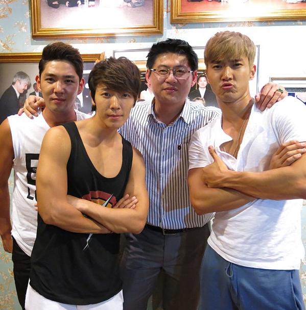 พี่สรยุทธพาหนุ่มๆ Super Junior ไปเลี้ยงข้าวหลังจากจบคอนเสิร์ต Super Show 5 in Bangkok