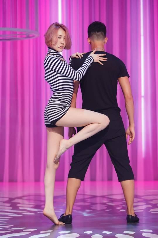 """ซอนมีอธิบายว่าทำไมเธอถึงไม่มีทางเลือกต้องเต้นด้วยเท้าเปล่าในเพลง """"24 Hour"""""""