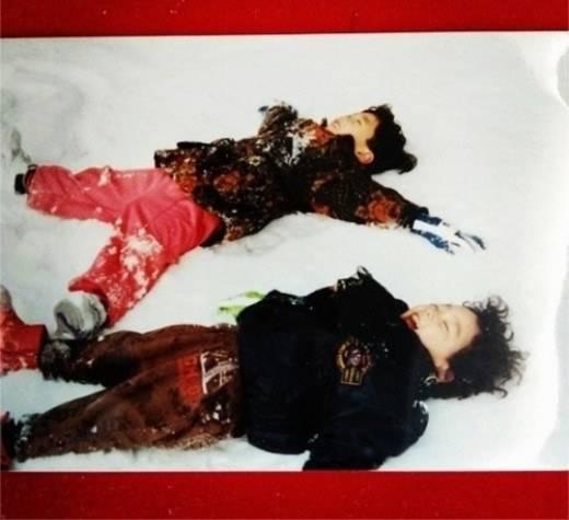 แทยอน GirlsGeneration แชร์ภาพในวัยเด็กของเธอขณะนอนเล่นหิมะอยู่กับพี่ชาย