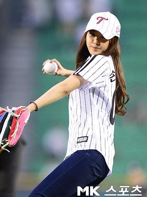 นาอึน A Pink กับลีลาการขว้างบอลเปิดสนามของเธอให้กับเกมเบสบอลระหว่าง LG-KIA