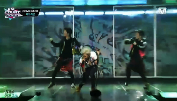 "[Live HD]G-Dragon โชว์เพลง ""Coup D'etat"" + ""Black"" + ""CROOKED"" บนเวที M!Countdown"