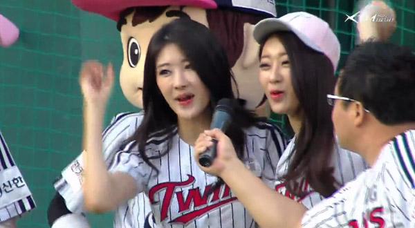 คยองรีและฮยอนอา Nine Muses ขว้างลูกและตีเปิดสนามให้กับ LG Twins