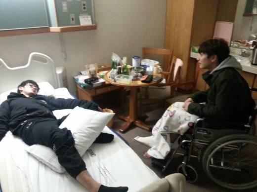 ซึลอง 2AM ไปเยี่ยมและสร้างเสียงหัวเราะให้จินอุนที่โรงพยาบาล