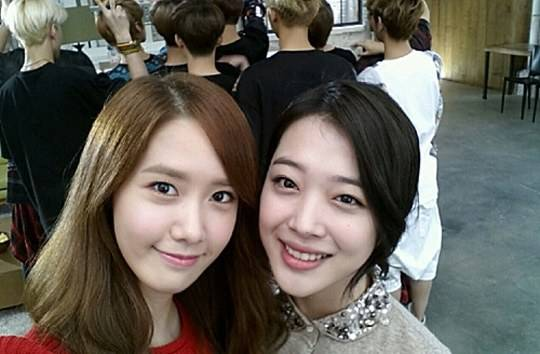 ยุนอา SNSD และซอลลี่ f(x) ถ่ายภาพสวยๆด้วยกัน ซึ่งมีหนุ่มๆ EXO ยืนอยู่ที่ด้านหลัง