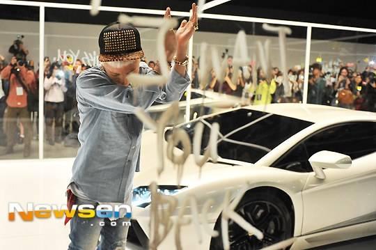 """G-Dragon โชว์รถ Lamborghini สุดหรูของเขาในการถ่ายทำ MV """"Who You?"""" กับแฟนๆ 1,000 คน"""