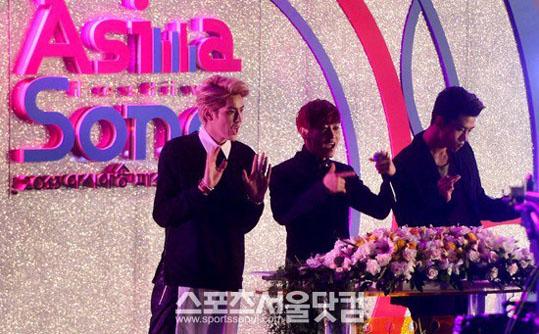 Kris-Eunhyuk-Taecyeon-MCs-2013 Asia Song Festival-2