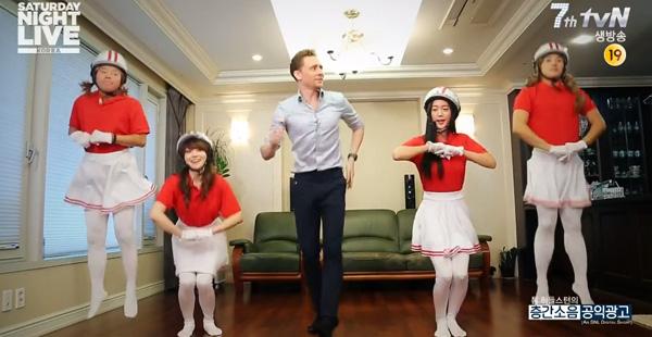 ทอมฮิดเดิลสตันโชว์สเต็ปเต้นเพลงของ Crayon Pop และทำให้เจย์ปาร์คร้องไห้ใน SNL Korea