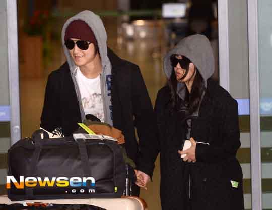 ภาพแฟชั่นสนามบินของคู่รักคู่ใหม่มุนกึนยองและคิมบอมขณะเดินทางกลับจากยุโรป