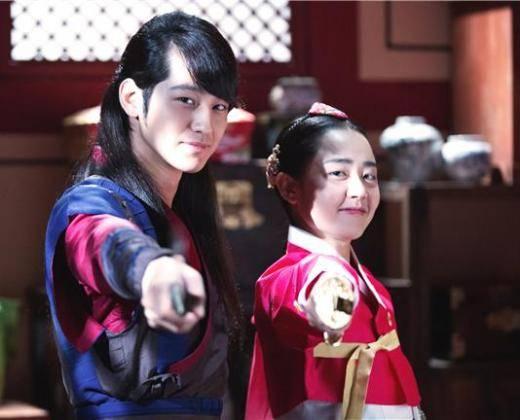 คู่รักคู่ใหม่ของวงการอีกคู่ มุนกึนยองและคิมบอมกำลังเดทกันอยู่!!