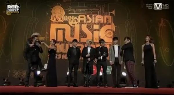 """บรรยากาศศิลปินเดินพรมแดงและพูดคุยในงาน """"2013 Mnet Asian Music Awards"""""""